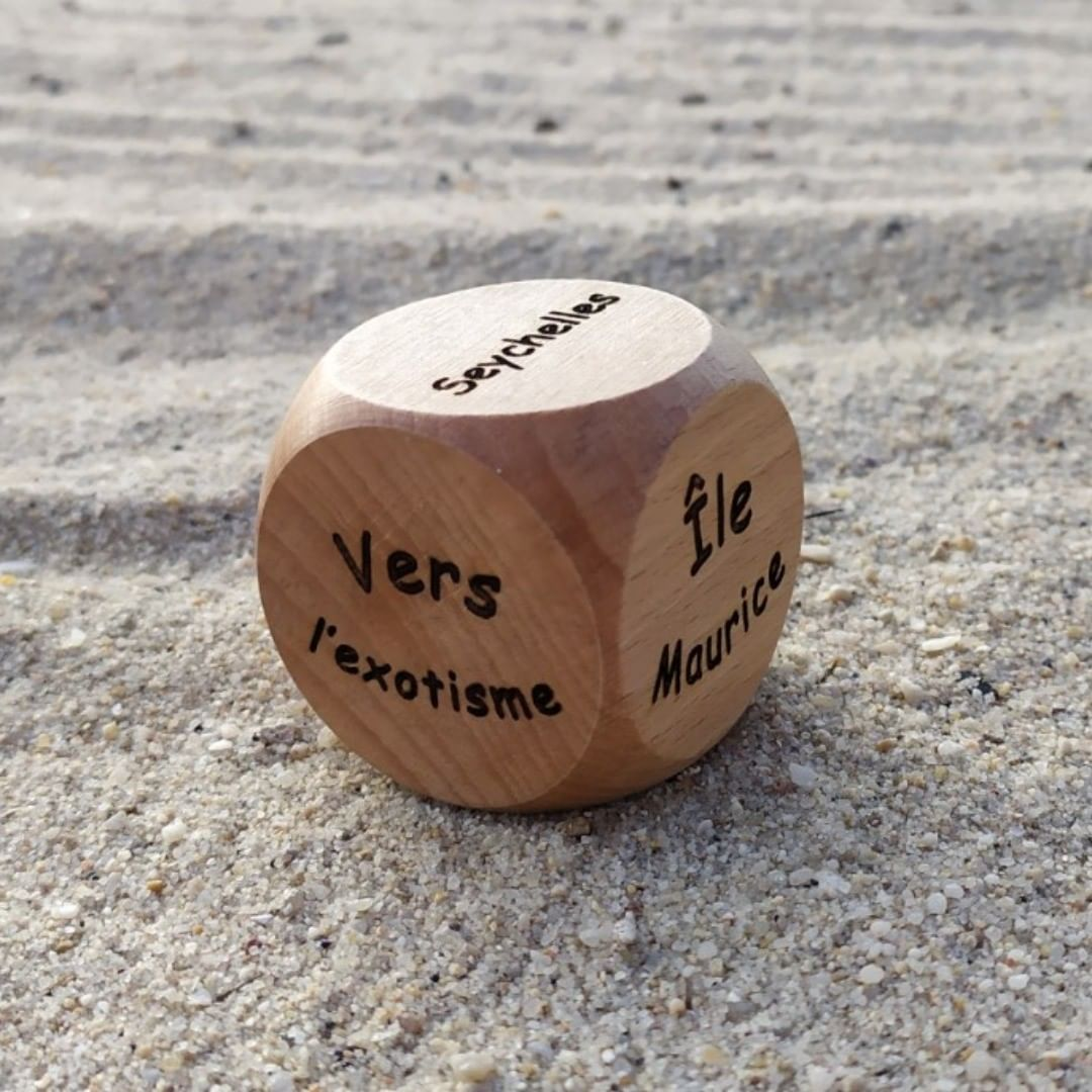 Le dé pour préparer son voyage ! ✈ 🌞  dé voyage plage soleil personnalisable aleajactaest alea_jacta_est  personalised dice customizable  madeinfrance woodmade artisanat unique pieceunique jeuxdesociete cadeau gift original idéecadeau giftideas